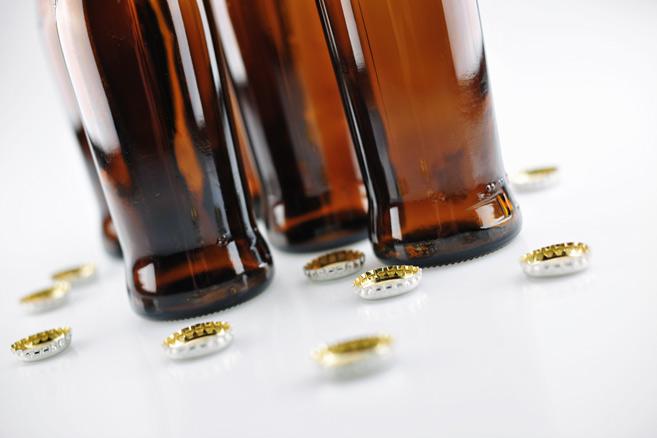 Bierflaschen auf Tisch