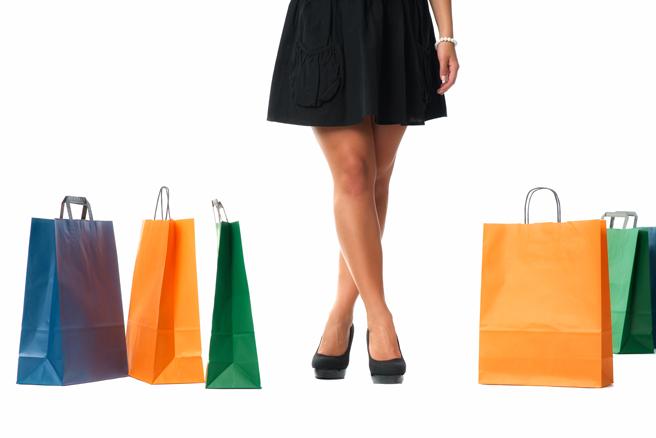 Frauenbeine mit Einkaufstaschen