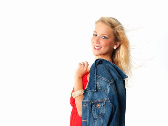 blonde Frau mit Jeansjacke