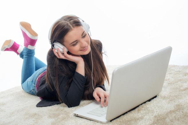 Teenager am Laptop