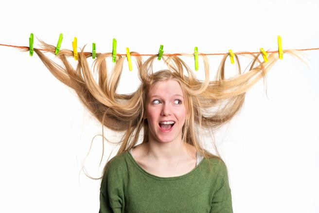 Teenager mit langen blonden Haaren
