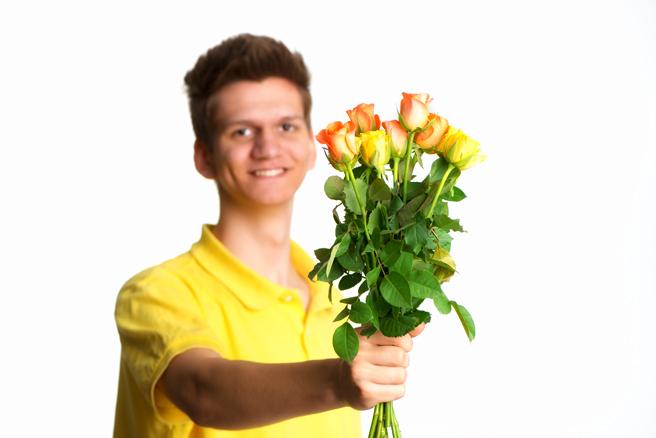 Jugendlicher mit Blumenstrauss