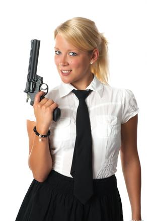 hübsche Frau mit Revolver