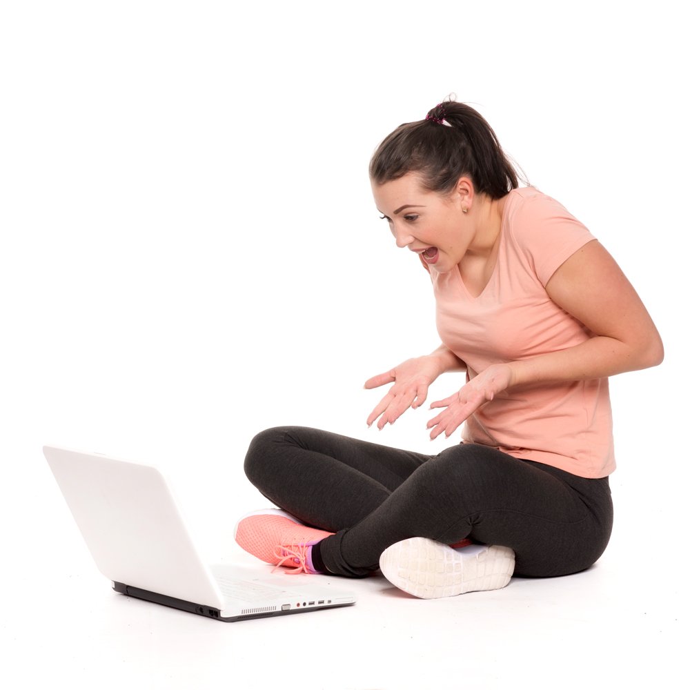 aufgeregte junge Frau am Computer