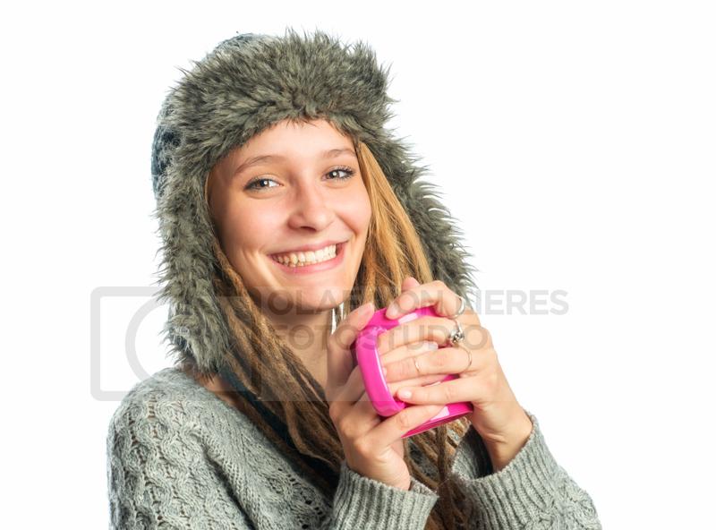 Frauengesicht mit Wintermütze und Becher