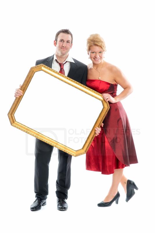 Paar hält ein weisses Schild