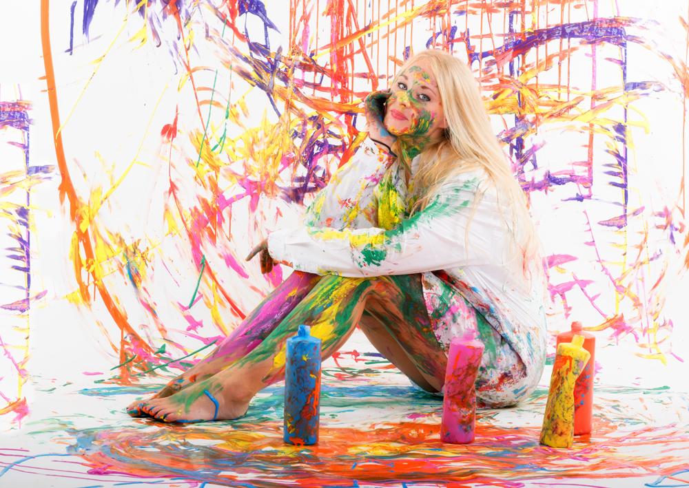junge Frau mit Fingermalfarben
