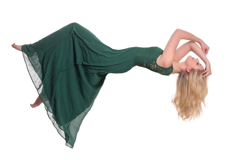 freigestellte Frau im Kleid