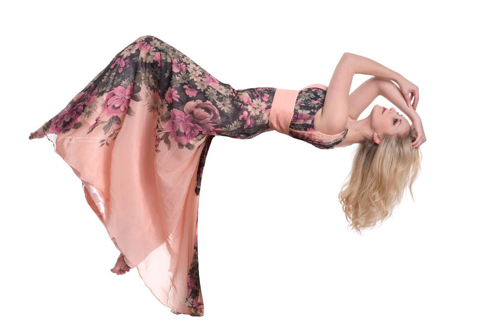 freigestellte Frau im Kleid schwebend