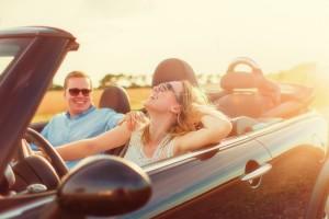 Paar im Cabrio bei Sonne