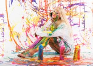 Frau mit bunten Malerfarben Stockfoto