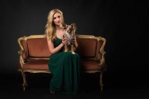 vornehme Frau mit Hund auf Sofa