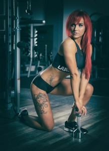 sportliche Frau mit Hantel Stockfoto