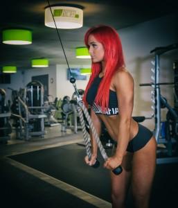 Frau trainiert im Fitnessstudio